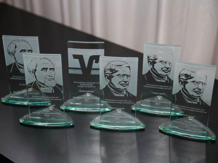 Die Trophäen für den Journalisten-Preis der Bayerischen Volksbankenn und Raiffeisenbanken - Foto. Bay. Volksbanken + Raiffeisenbanken